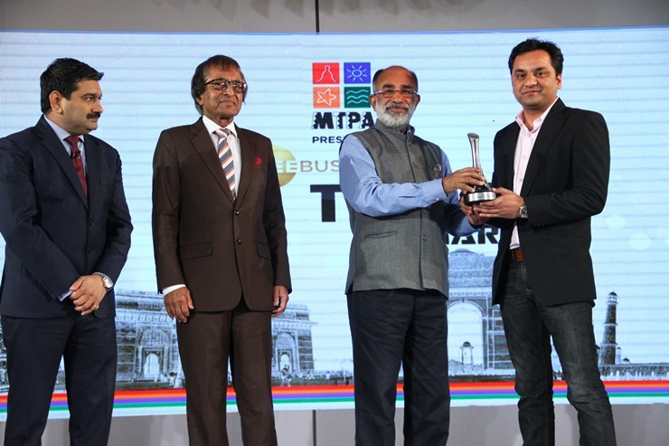 Shri. K.J. Alphons, Union Tourism Minister, Government of India presenting the award to Ruchit Jangid- Vice President - E-Business, E-commerce, SOTC Travel
