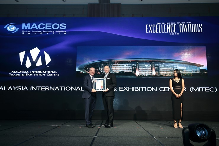 Gunther Beissel, Chief Executive Officer, MITEC (right) represented the Venue to receive the Special Recognition Award for Best Strategic Public-Private Partnership from Alun Jones, Vice President, Exhibition, MACEOS at the MACEOS Business Events Excellence Awards recently