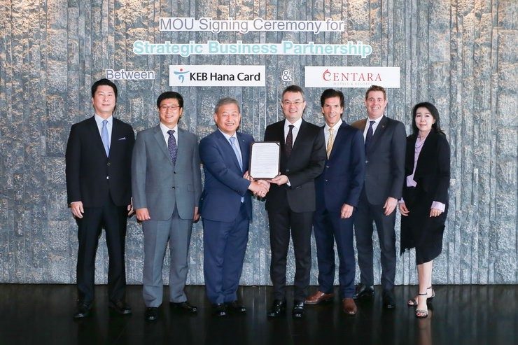 Thirayuth Chirathivat, Chief Executive Officer, Centara Hotels & Resorts (4th from left) and  Mr. Hong, Jang-Eui, Executive Director of Global Business Division, KEB Hana Card Co., Ltd. (3rd from left) announced an agreement to cooperate with KEB Hana Card, to promote Centara awareness and offer exclusive benefits to KEB Hana's 10 million cardholders via KEB Hana Card channels, at Centara Grand at CentralWorld.