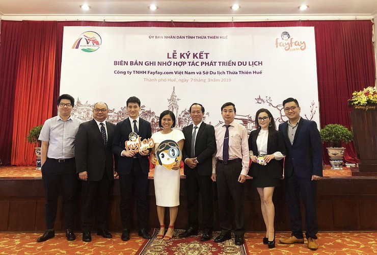 Kelvin Wu (third from left), Co-founder of Fayfay.com and Mr. Nguyen Van Phuc (third from right), the Deputy Director of the Tourism Department of Thua Thien-Hue discussed partnership plan on promoting Hue tourism during the MOU ceremony.