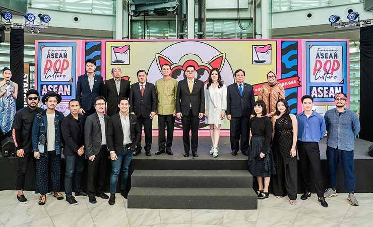 In photo, standing on the stage: Mr. Klissada Ratanapruk, TAT Executive Director, ASEAN South Asia and South Pacific Region (4th from left); Mr. Napintorn Srisunpang, Deputy Minister of Tourism and Sports (4th from right); Ms. Aroonroong Srivaddhanaprabha, Assistant Chief Financial Officer of King Power Group (3rd from right) in a group photo with the Ambassador's representatives as well as, the campaign's participating artists