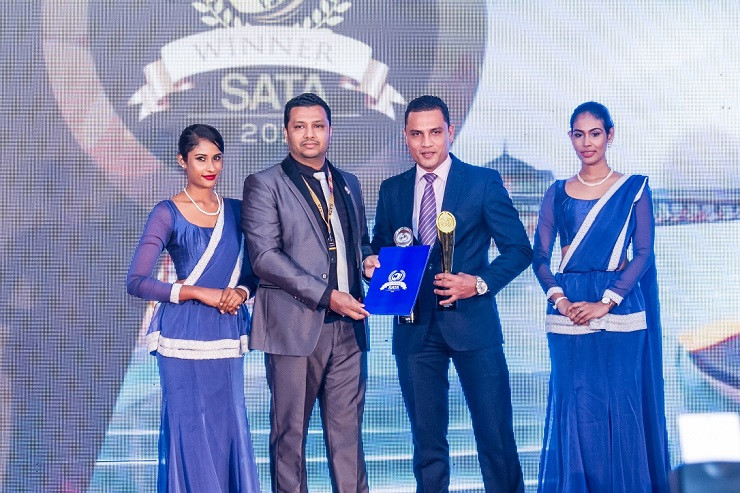 Chamika De Silva, Director of Sales of Centara Ceysands Resort and Spa (3rd from left) received the award on behalf of Centara Ras Fushi Resort & Spa Maldives at SATA Awards 2019