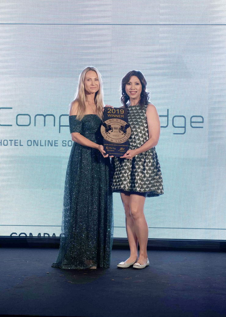 Anita Chan (right), CEO of Compass Edge accepting the SIGNUM VIRTUTIS, the Seal of Excellence Award from Nicola Brookes El-Mouelhy (left), CEO of Seven Stars Luxury Hospitality and Lifestyle Awards in October 2019