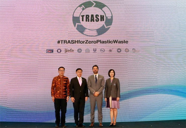 From left: Mr. Chanarong Leelaburanapong, Deputy Mayor of Krabi city; Mr. Pralong Damrongchai, Director General of the Pollution Control Department; Mr. Robert Candelino, CEO of the Unilever Thai Group of Companies; Miss Chutathip Chareonlarp, Executive Director of TAT Governor's Office.