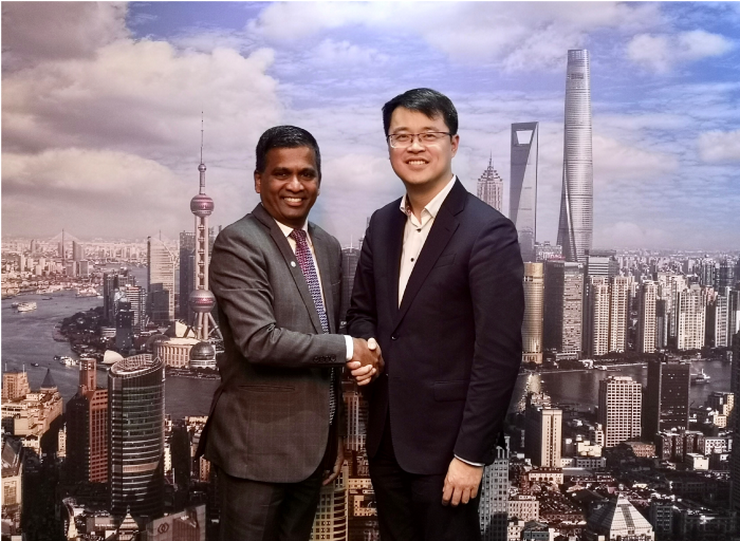 ICCA CEO Senthil Gopinath (l) and Mr. Patrick Chen (r), Director of Marketing and Promotion Department, Shanghai Municipal Administration of Culture and Tourism, shake hands in Shanghai to confirm their extended partnership.