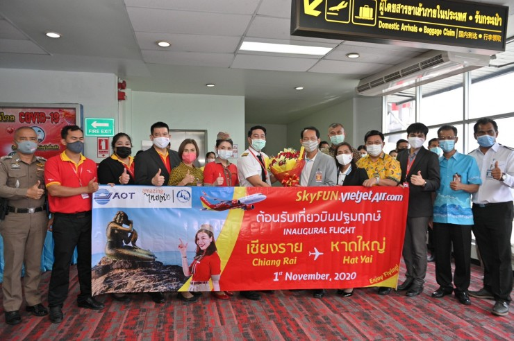 The inaugural flight from Chiang Rai to Hat Yai is welcomed by the provincial leaders, representatives of airport and Thai Vietjet.