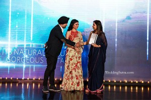 Ms. Lubaina Sheerazi receiving the award at the WeddingSutra Influencer Awards 2018.