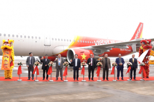 Vietjet Vice President, Mr. Nguyen Duc Tam (3rd from the left) and representatives of Quang Ninh Province and Van Don International Airport at the opening ceremony of the HCMC – Van Don route.