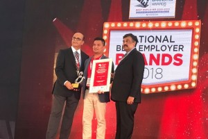 "Thai Vietjet representative (center) receives the ""Global Best Employer Brand 2019"" Award at the 27th World HRD Congress in Mumbai, India"