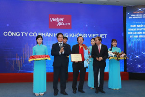 Vietjet Vice President Do Xuan Quang, middle, receiving the award during the ceremony in Hanoi