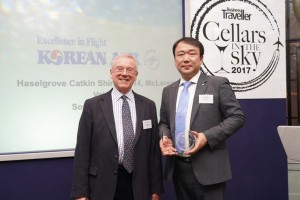 General Manager of London regional office, Jong Rae Kim(right) and co-chairman of the International Wine Challenge, Charles Metcalfe(left) pose for a photo at a ceremony of 'Cellars in the Sky 2017' in London on February 20th