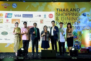 Mr. Korawit Wongprasert, TAT Executive Director (2nd from left); Mr. Sophan Wongduangkhampoo, Deputy Director of Pathumwan District (3rd from left); Mrs. Sujitra Jongchansitto, TAT Deputy Governor for Tourism Products and Business (middle); Mr. Pakorn Chatborirak, Thai Actor (3rd from right); Mr. Somphol Tripopnart, Senior Executive Vice President Leasing and Tenant Relations Management (2nd from right); and Ms. Yupa Panrod, TAT Executive Director (right)