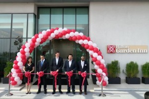 (L-R) Dato' Seri Elaine Tan; Benjamin Tan; Jamie Mead, Regional General Manager Hilton Malaysia; Dato' Seri Andrew Tan, Director of Platinum Affluence Sdn Bhd and Kumar Muniandy, General Manager for Hilton Garden Inn Puchong