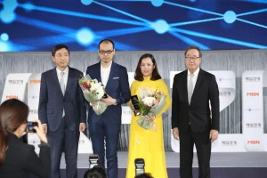 Vice President of Vietjet Group, Nguyen Thi Thuy Binh accepting the award on behalf of Vietjet's President and CEO at the awards ceremony