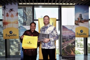 Mr. Arief Yahya, Minister of Tourism, Republic of Indonesia (left) and Mr. Greg Schulze, Senior Vice President, Commercial Strategy and Service, Expedia Group (right), sealing the cooperation to promote 15 key destinations in Indonesia