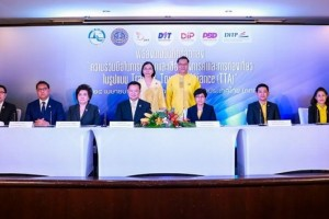 "H.E. Weerasak Kowsurat, Minister of Tourism and Sports, and Miss Chutima Bunyapraphasara, Deputy Minister of Commerce, witnessed the ""Trade and Tourism Alliance"" MOU signing ceremony."